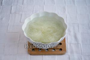 Рисовую лапшу залить кипятком на 5 минут.