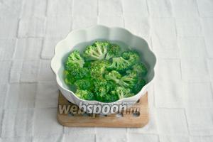 Брокколи разделить на соцветия, залить кипятком на 5 минут.
