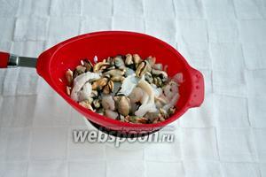 Отцедить морепродукты.