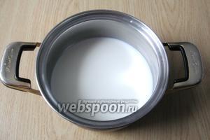В кастрюлю с толстым дном наливаем молоко и ставим на плиту.