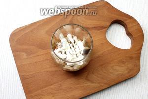 На лук выложите филе сельди, на все слои делайте сеточку майонеза.
