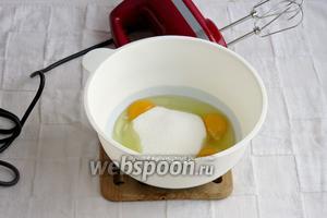 В ёмкость разбить яйца, добавить сахар.