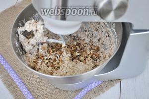 Всыпать нарезанный орех пекан. Орех можно обжарить для более яркого вкуса. Я использую уже жареный.