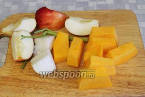 Овощи порезать крупными кусками, 1/2 яблока оставить.