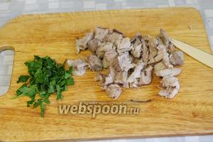 Мясо отделить от кости и нарезать кубиками, петрушку тоже измельчить.