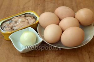 Для приготовления закуски нам понадобятся куриные яйца, баночка печени трески и небольшая луковица. В начинку также можно добавить 1 ложку майонеза.