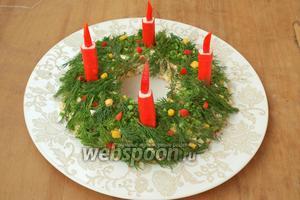 Укроп разделить на мелкие веточки, можно также измельчить немного зелёного лука. Оформить зеленью верх салата, вынуть аккуратно стакан. В кольце сделать небольшие лунки и вставить свечки. Праздничный салат готов! С Рождеством Христовым!