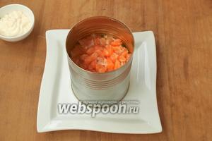 По центру, тарелки поставить форму и выложить салат слоями: картофель, зелёный лук, морковь, яйца, сладкий перец, сыр, огурец и верхним слоем будет сёмга. Между слоями салат смазывать майонезом. Сверху салат немного прижать ложкой, чтоб он не развалился при снятии формы.