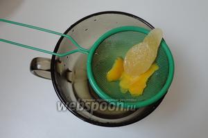 Сироп остудить затем процедить. Имбирь и цедру лимона оставляем.