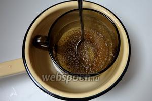 В сиропе замочить желатин и настоять 30 минут. Далее желатин подогреваем на водяной бане, но не доводим до кипения. Готовим желатин как указано на упаковке.
