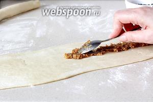 Выложить ореховую начинку. Можно взять на свой вкус большее количество начинки.