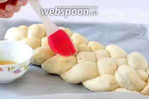 Затем смазать её желтком и поставить выпекаться в разогретую духовку. Температура духовки 170-180°С. Время выпечки примерно 25-30 минут. Если будет сильно румяниться, то накрыть верх фольгой.