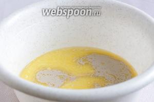 Смешать в миске все жидкие составляющие, добавить разведённые дрожжи, сахар и соль.