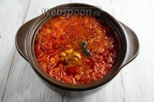 Добавить в кастрюлю подготовленный чернослив, маринованные грибы и лавровый лист. Попробовать на соль. В случае необходимости — добавить. Варить ещё 5-7 минут.