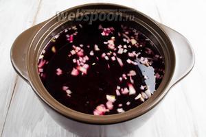 В кипящую воду вбросить подготовленную свёклу и горсть нарезанного лука. Варить в течение 10 минут.