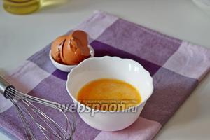 Яйца взбить с солью.
