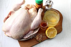 Для приготовления запечённой курицы по этому рецепту нам понадобятся следующие ингредиенты: курица, коньяк, сок лимонный, соль, мускатный орех, перец чёрный молотый, чеснок, сироп от консервированных ананасов, сахар, масло растительное, имбирь и мёд.