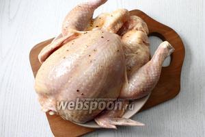 Курицу промойте и обсушите. Натрите маринадом всю курицу.