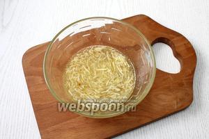 Для соуса соедините сироп консервированных ананасов с маслом, тёртым чесноком, имбирём, мёдом и сахаром.