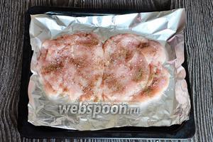 Куриное филе разрезаем, чтобы получился продолговатый кусок мяса, кожицу откладываем. Сразу перчим и солим по вкусу.