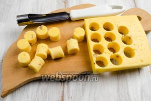 С помощью инструмента для изъятия сердцевины яблок вырезать цилиндры из сыра высотой 2 см.