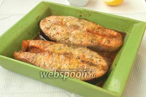 Разогреть духовку до 180°С и запекать рыбу 20-25 минут. Спустя 10 минут от начала запекания, вылить оставшуюся глазурь сверху рыбы. Готовые стейки полить лимонным соком. Приятного аппетита!