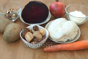 Для приготовления верринов нам понадобится куриное филе, свёкла, морковь, картофель, маринованные грибы, грецкие орехи, гранат и майонез. Следует сразу сварить овощи и куриное филе. Затем все ингредиенты нарезать кубиками.