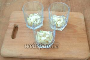 На дно широких стаканов выложить слой картофеля, капнуть по-немногу майонез.