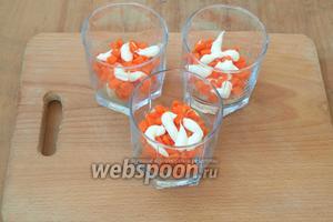 Затем последует морковь, которую также следует смазать майонезом.
