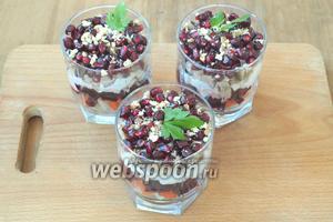 Измельчить грецкие орехи, посыпать поверх граната. Украсить листьями петрушки. Дать салату настояться 2-3 часа. Приятного аппетита!