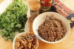 Для приготовления пирожков нужно взять слоёное тесто, фарш, кинзу (или любую свежую зелень по вкусу), орехи и специи.