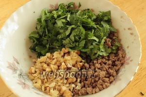 Добавить оба ингредиенты в фарш. Также добавить специи, попробовать на соль и перемешать. Начинка готова.