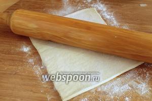 От рулона слоёного теста разрезать сколько нужно теста (15 см) и немного раскатать его.