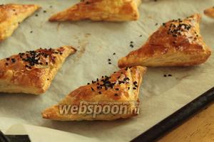Выпекать пирожки в предварительно нагретой до 200°С духовке до красивого румянца. Вот так всё быстро и практично.