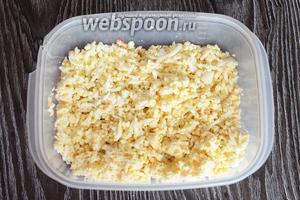Начинаем укладывать салат слоями в большую форму. На первый слой укладываем яйца.