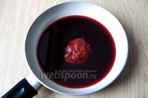 Готовим соус. В сковороду, сотейник или кастрюлю наливаем красное вино, добавляем томатную пасту, соль и сахар по вкусу. Варим 10 минут.
