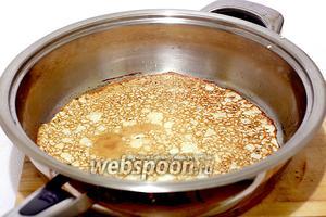 Перед тем как жарить блинчики, нужно хорошо разогреть сковороду. Смазать её растительным маслом с помощью кисточки, а потом можно уже не смазывать. Поджарить все блинчики.