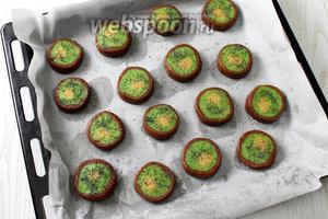 Уложите печенье на противень, застеленный пергаментом. Слегка приплюсните ножом, посыпьте зелёную часть печенья маком. То же самое проделайте с остальным тестом.