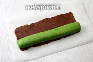 Раскатайте половину шоколадной части в прямоугольник, размером 25х12 см. Заверните зелёный рулет в шоколадное тесто и прокатайте рулет.