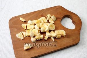 Желатин размешайте в холодной кипячённой воде, оставьте до набухания. Банан очистите от кожуры и порежьте.