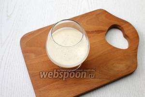 2/3 бананового желе разлейте по креманкам или бокалам. Оставьте в холодильнике до застывания.