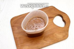 В тёплой воде размешайте какао, сахар и кофе.