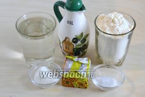Подготовьте ингредиенты для постного дрожжевого теста: тёплую воду, дрожжи, масло, муку, соль и сахар.