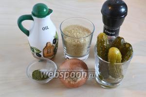 Подготовьте необходимые ингредиенты для начинки: рис (сухой), огурцы (выбирайте не слишком кислые), лук, масло, соль, перец, сахар и сухой укроп.