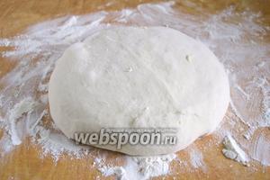 Из указанных ингредиентов замесите обычное дрожжевое тесто.  Дайте ему подойти в тёплом месте, около 1,5 часа. Процесс замеса описан в рецепте  тесто для пиццы .