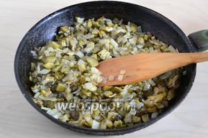 Пока подходит тесто, приготовьте начинку. Нарежьте кубками лук и огурцы и обжарьте всё на растительном масле до золотистого цвета. Приправьте по вкусу сахаром (маленькая щепотка), укропом и перцем.