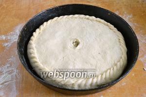 Закройте пирог вторым кругом из теста, защипайте края, сделайте отверстие в центре.