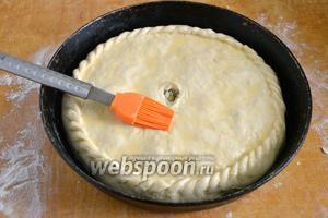 Смажьте пирог растительным маслом. Отправьте в разогретую до 200°С духовку минут на 20-30. Когда корочка станет золотистой, — пирог готов.