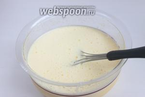 Молоко уже у нас немного остыло, смешаем его с желтками. Процедим его.