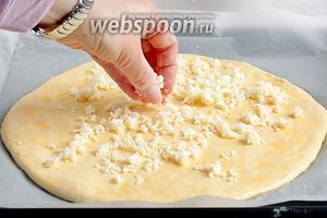 Верх также засыпать сыром. Поставить выпекать при 190°С на 20 минут, пока не зарумянится верх.